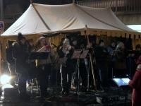 Musikgruppe spielt Weihnachtslieder
