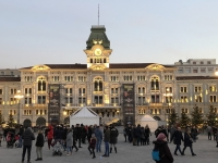 2018 12 30 Triest Rathaus am Piazza Unita del Italia bei Dämmerung
