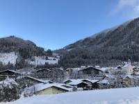 Blauer Himmel im Ort Flachau