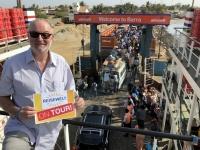 2019 02 15 Übervolle Fähre über Gambia River Ankunft Barra