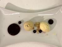 Dessert Rote Beerengelee mit Blaubeeren und Vanilleeis