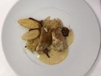 HS Perlhuhn mit Sauerkraut und Kartoffel auf Pilzsauce