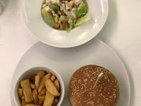 HS Ponant Burger mit Pommes und Caesar Salat