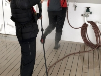 2019 03 10 Südgeorgien nach der Rückkehr von der Saint Andrews Bay Reinigung der Stiefel am Schiff