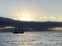 2019 03 16 Sonnenaufgang vor Tristan da Cunha mit Segelschiff