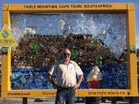 2019 03 23 Waterfront Plastikflaschen zeigen den Tafelberg