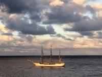 2019 03 16 Segler vor Tristan da Cunha beim Sonnenaufgang