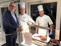 2019 03 09 Chefkoch Eddy Seys mit seinem Metzger beim Abendessen
