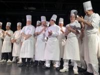Chefkoch mit leitenden Köchen beim Abschiedscocktail