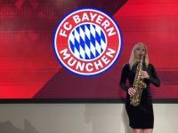 Österreicherin unterhält die Gäste mit ihrem Saxophon