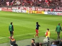 Lewandowski wärmt sich in der Pause auf