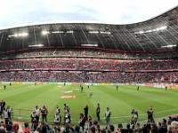 Panoramafoto vom vollen Stadion