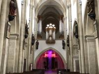 Orgel mit beleuchtetem Kreuz