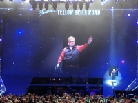 Elton John verlässt den Saal