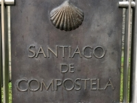 Schild für Pilgerweg nach Santiago de Compostela
