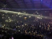 Lichterbekundung in der vollen Halle