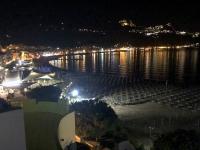 2019 05 24 Giardini Naxos Abendlicher Blick vom Hotelbalkon auf den Strand