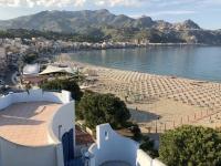 2019 05 24 Giardini Naxos Blick vom Hotelbalkon auf den Strand