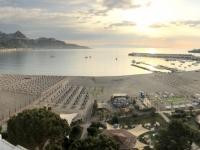 2019 05 24 Giardini Naxos Morgendlicher Blick vom Hotelbalkon auf den Strand