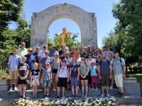 Gruppenfoto beim Johann Strauß Denkmal im Stadtpark