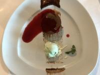 Dessert Schokoladen Lava Kuchen und Himbeer Coulis Pistazien Eis