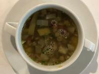 Suppe Linsensuppe und geräucherte Schweinelende