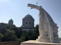 2019 07 19 Esztergom Basilika mit Denkmal Hl Stefan