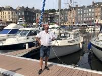 2019 08 03 Honfleur Segelyacht im alten Hafen
