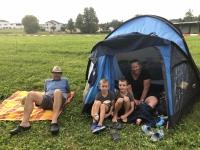 Fam Ennser vor dem Zelt