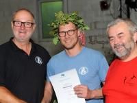 Obmann gratuliert Turnwart zum Sieg