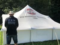Obmann mit Polo und Zelt