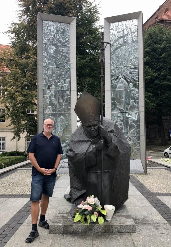 2019 08 20 Swidnica Papstdenkmal vor Kathedrale
