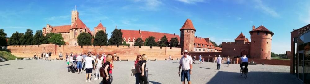 2019 08 24 Marienburg mit Burgmauer und Türmen