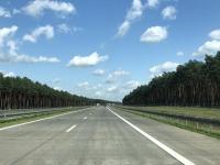 Autobahnschneise in den Wald