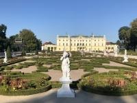 Wunderschöner symetrischer Garten des Branicki Palastes