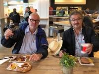 2019 09 08 Salzburg Stärkung mit Leberkäse am Flughafen