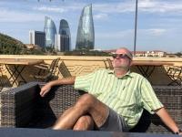 2019 09 09 Baku Fernsehturm warten auf Taxi