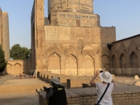2019 09 28 Samarkand Moschee Bibi Khanum Fotografin bei der Arbeit