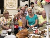 2019 09 29 Samarkand Hochzeitsfeier mit gedeckten Tische