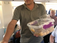 2019 10 02 Zugfahrt nach Taschkent RL verteilt Früchte