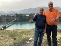 2019 10 06 Fahrt in die Berge Stausee mit Brücke und Fahrer Valerie