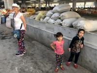 2019 09 28 Samarkand Markthalle mit Kinder