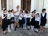 2019 10 04 Kokand Palast Chudoyar Khan interessierte Schulklasse