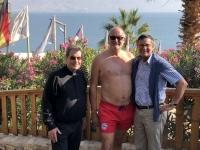 2019 11 25 Kalia Beach am Toten Meer mit meinem Pfarrer Josef Gratzer