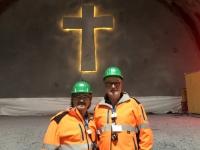 Beleuchtetes Betonkreuz