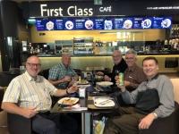 2020 02 10 Lissabon Flughafen Stärkung im einzigen Restaurant