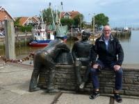 2020 07 07 Neuharlingersiel Kutterhafen mit Fischer von vorne