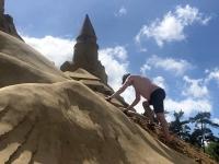 2020 07 13 Binz Sand Festival Ausbesserungsarbeiten an der Sandburg vom letzten Jahr