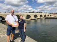 2020 08 27 Regensburg Steinerne Brücke Reisewelt on Tour mit Kollegin Isabella