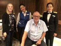 Getränkekellnerin Niken aus Indonesien und Chefkellnerin Vitria aus Bali